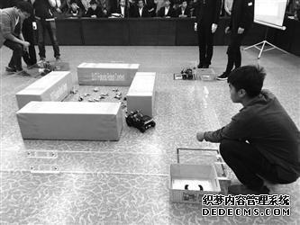 沈阳市大学生机器人大赛举行 机器人小车能过障碍